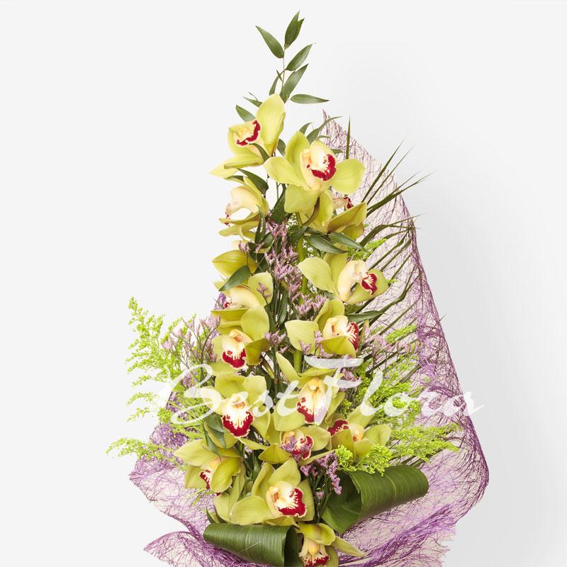 Фото букеты тюльпанов на столе тундре